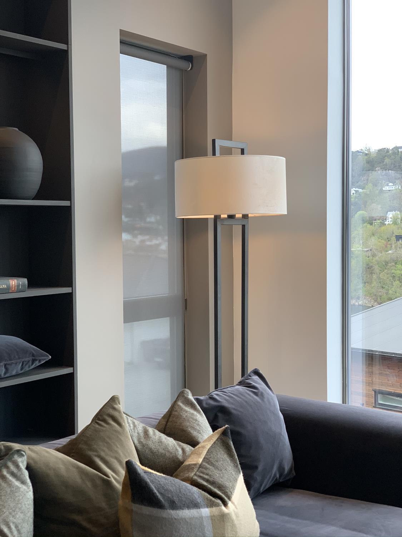 Hallbergs Artesa sort gulvlampe u/skjerm